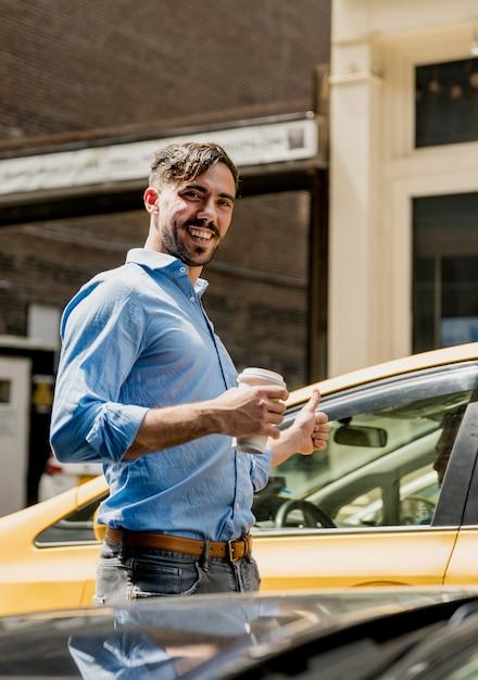 Smiley mann kaffeepause in der stadt Kostenlose Fotos