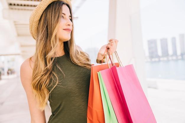 Smiley-modell mit einkaufstüten Kostenlose Fotos