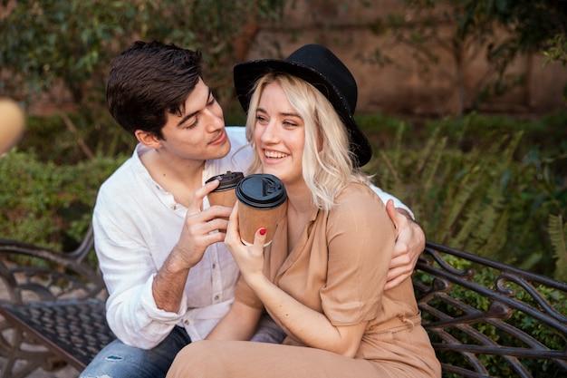 Smiley-paar auf bank im park Kostenlose Fotos