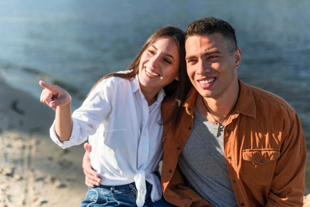 Smiley-paar, das zeit zusammen am strand verbringt Kostenlose Fotos