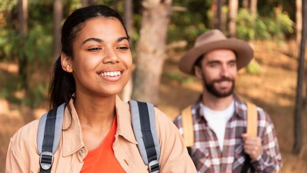 Smiley-paar, das zusammen reist Kostenlose Fotos