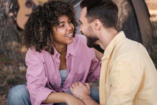 Smiley-paar im freien wird romantisch Kostenlose Fotos