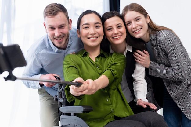 Smiley-team macht ein selfie Kostenlose Fotos