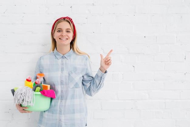 Smileyfrau, die reinigungsanlage hält Kostenlose Fotos