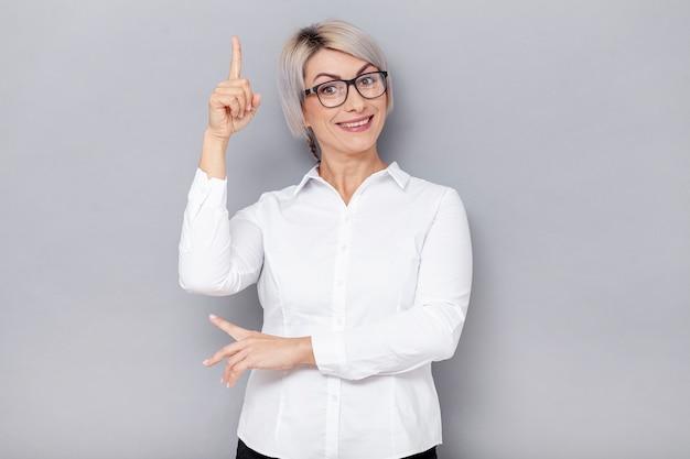 Smileygeschäftsfrau, die oben zeigt Kostenlose Fotos