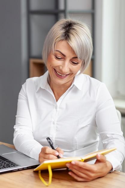 Smileygeschäftsfrauschreiben in der tagesordnung Kostenlose Fotos