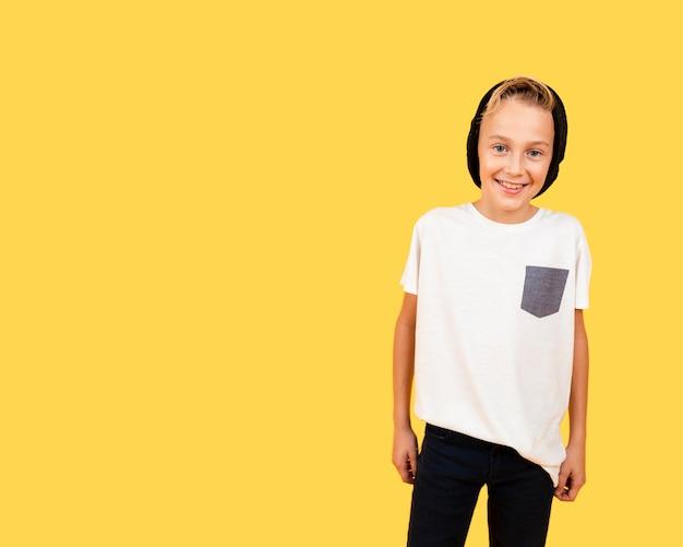 Smileyjunge kleidete beiläufig auf gelbem hintergrund an Kostenlose Fotos