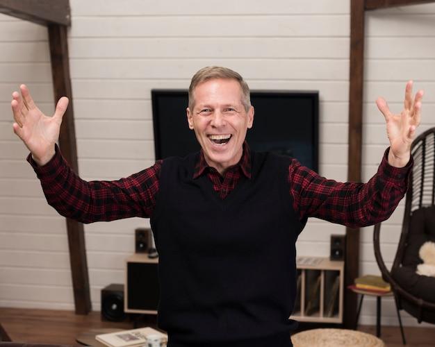 Smileyvater, der mit den offenen armen aufwirft Kostenlose Fotos
