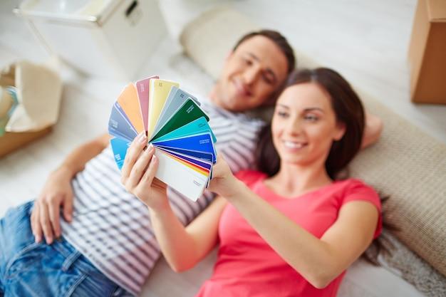 Smiling paar auf farbmuster zu hause suchen Kostenlose Fotos