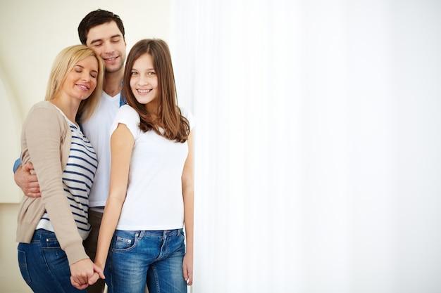 Smiling teenager mit ihren eltern Kostenlose Fotos