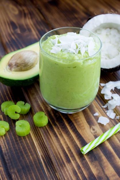 Smoothie mit avocado-kokosmilch und sellerie im glas Premium Fotos