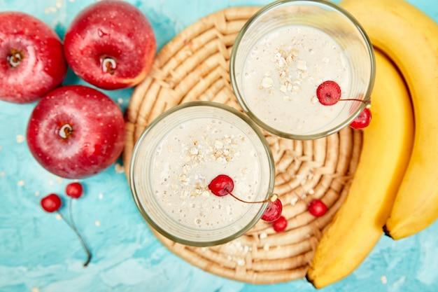 Smoothie mit hafer oder haferflocken, bananen und roten äpfeln Premium Fotos
