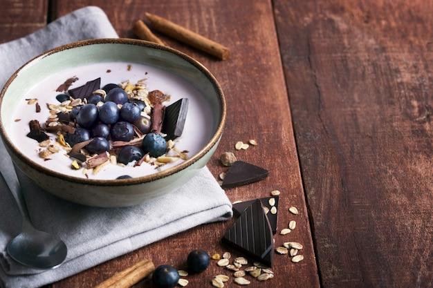 Smoothie-schüssel mit naturjoghurt, frischen beeren und müsli Premium Fotos