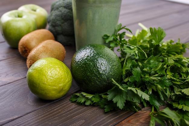 Smoothies mit äpfeln, kiwi, limette, brokkoli, petersilie und avocado Kostenlose Fotos