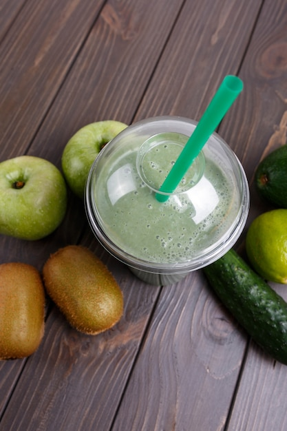 Smoothies mit äpfeln, kiwi, limette, gurke und avocado Kostenlose Fotos