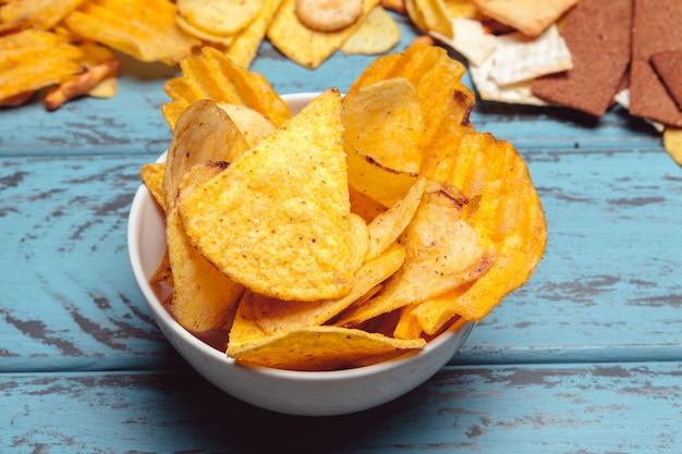 Snacks in eine schüssel geben Premium Fotos