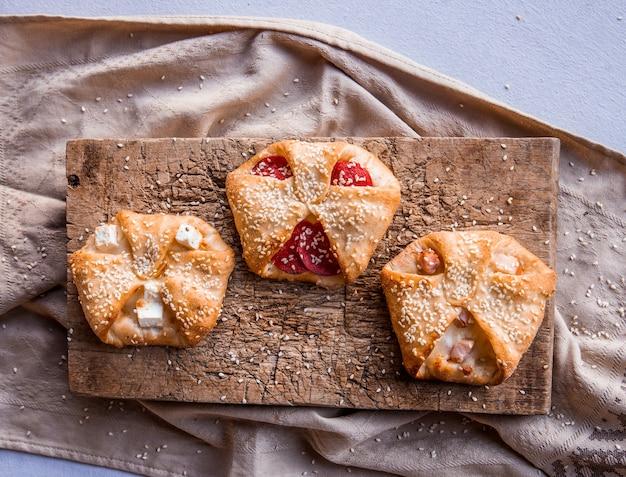 Snacks mit tomaten und weißkäse. Kostenlose Fotos