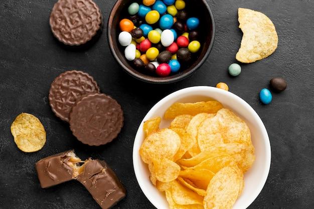 Snacks von oben auf dem schreibtisch Kostenlose Fotos