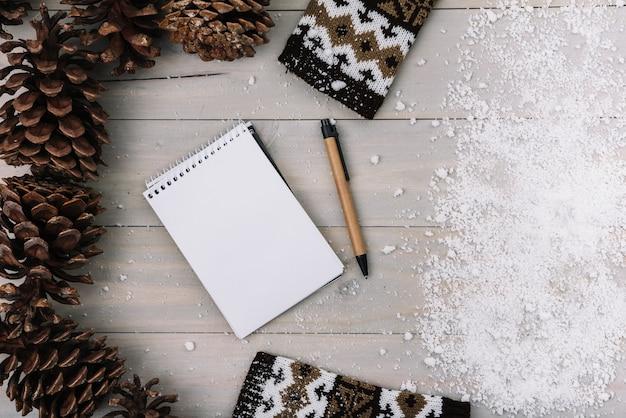 Snags, kleidung, notizblock und schnee Kostenlose Fotos