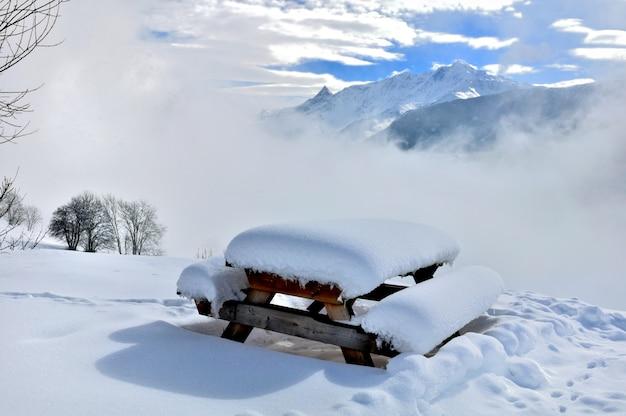 Snowy-picknicktisch in der naturlandschaft Premium Fotos