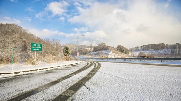 Snowy-straße auf winterzeit in japan Premium Fotos