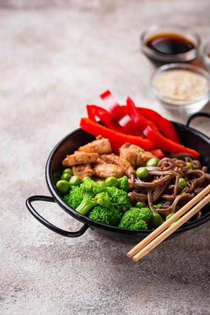 Soba mit fleisch und gemüse anbraten Premium Fotos