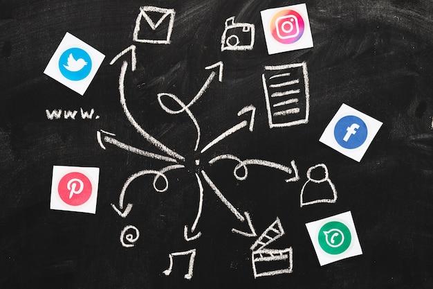 Social media-anwendungen mit gezeichneten netzikonen auf tafel Kostenlose Fotos