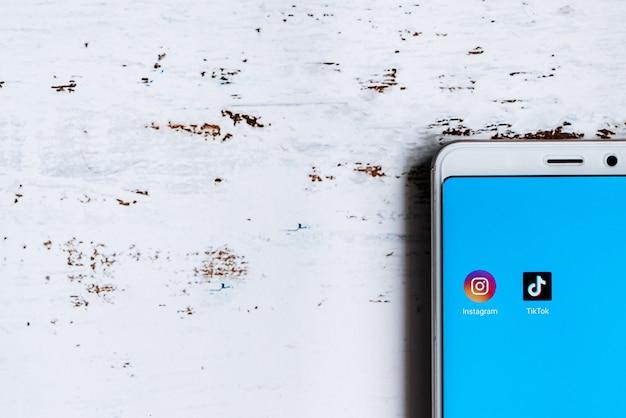 Social media app icon auf dem smartphone-bildschirm Premium Fotos