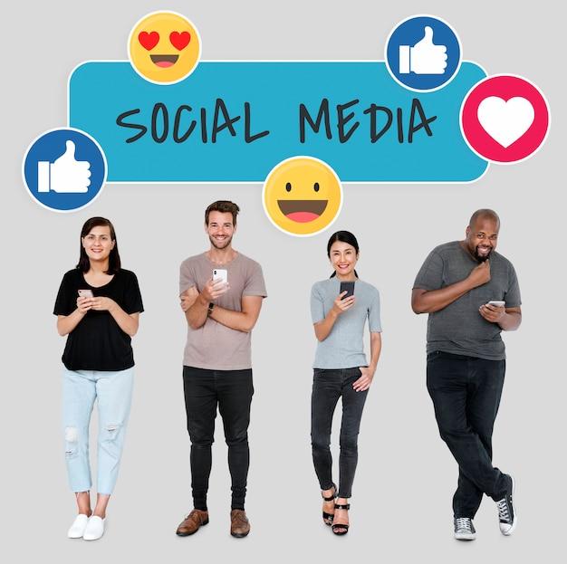 Social-media-süchtige menschen, die ihre handys verwenden Kostenlose Fotos