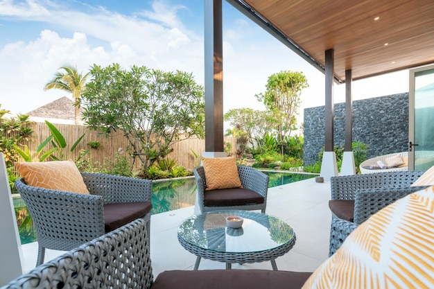 Sofa an den poolvillen Premium Fotos
