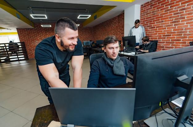 Softwareingenieure, die im unternehmen an projekt und programmierung arbeiten. Premium Fotos