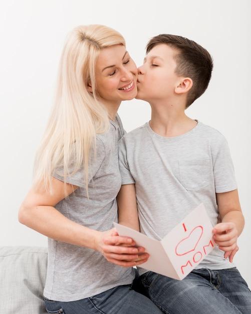 Sohn küsst seine mutter | Kostenlose Foto