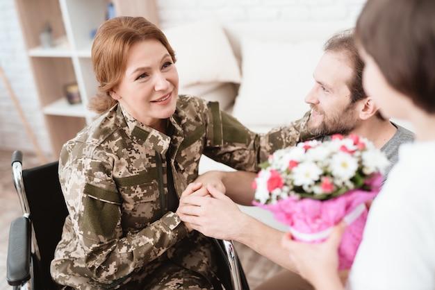 Sohn und ehemann freuen sich, veteran frau zu sehen. Premium Fotos