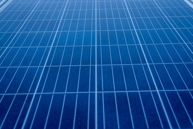 Solarpanel auf dachterrasse in großem gebäude zur stromerzeugung installieren Premium Fotos