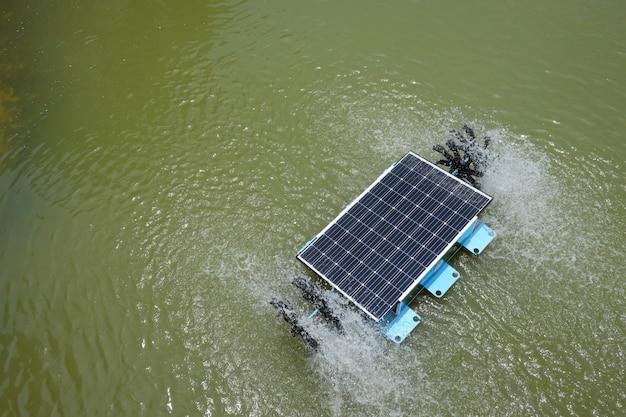 Solarwasserturbine im teich. Premium Fotos
