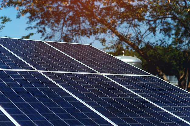 Solarzellen wandeln sonnenenergie in sonne um. solarzellenkonzept mit kopienraum Premium Fotos