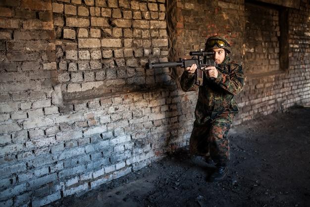 Soldat im krieg mit waffen Premium Fotos