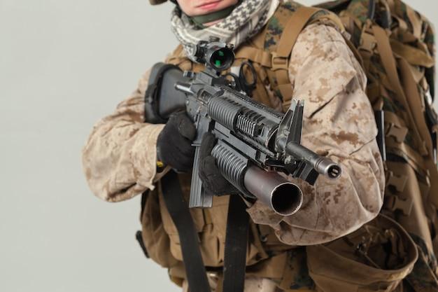 Soldat in der tarnung, die gewehr hält Premium Fotos