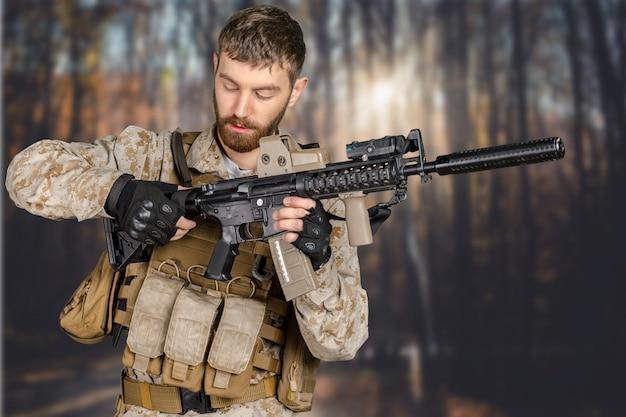 Soldat mit gewehr in einem wald Premium Fotos