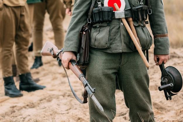 Soldat wehrmacht, zweiter weltkrieg mit einem gewehr in seinen händen Premium Fotos