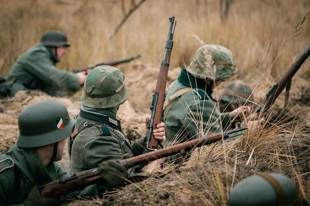 Soldaten der wehrmacht im graben Premium Fotos