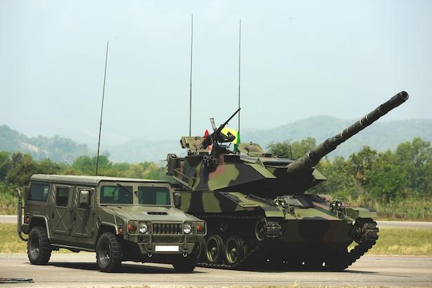 Soldaten stehen in einer reihe. waffe in der hand. armee, militärstiefel linien von kommandosoldaten. Premium Fotos