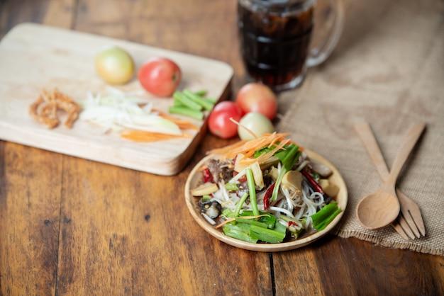 Som tam thai, thailändischer papaya-salat auf hölzernem hintergrund Kostenlose Fotos