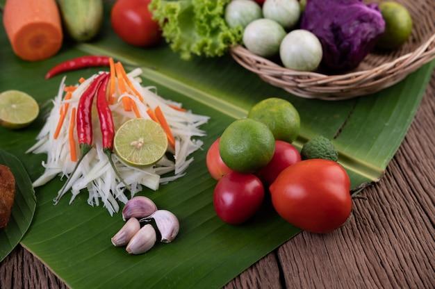 Som tam thai - zutaten papaya salat thai food style auf holztisch. thailändisches lebensmittelkonzept. Kostenlose Fotos