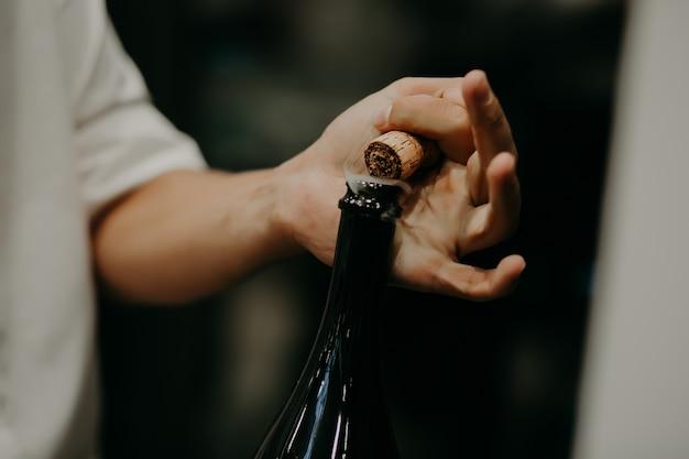 Sommelier eröffnung weinflasche im weinkeller Premium Fotos
