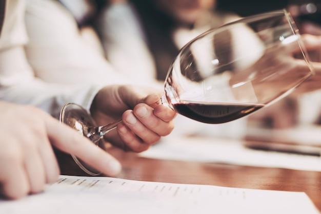 Sommeliers probiert wein im restaurant. Premium Fotos