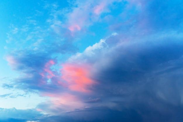 Sommer blauer himmel mit einer gewitterwolke. große flauschige weiße wolken. Premium Fotos