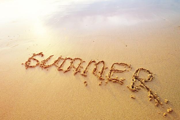 Sommer buchstaben handschriftlich in sand am strand Premium Fotos