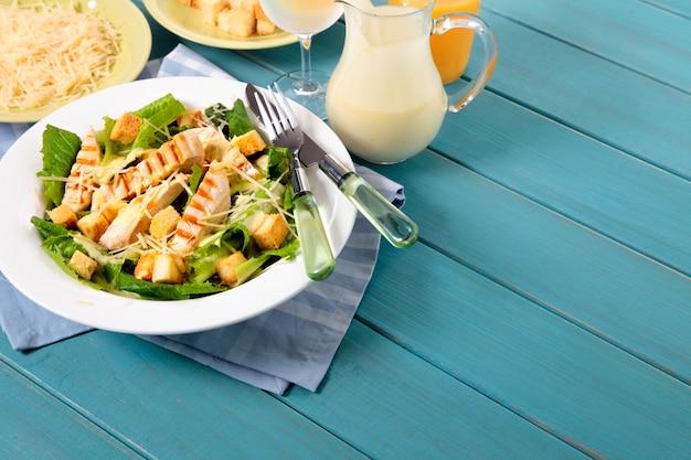 Sommer caesar salat mit huhn auf picknick-tisch Kostenlose Fotos