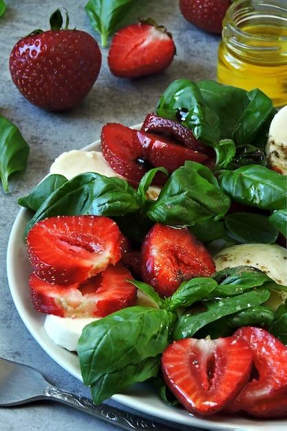 Sommer caprese salat. caprese mit erdbeeren. diätsalat mit basilikum und mozzarella. keto-diät. Premium Fotos